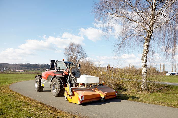 Weidemann-verreiker T6027 met veegmachine action 1
